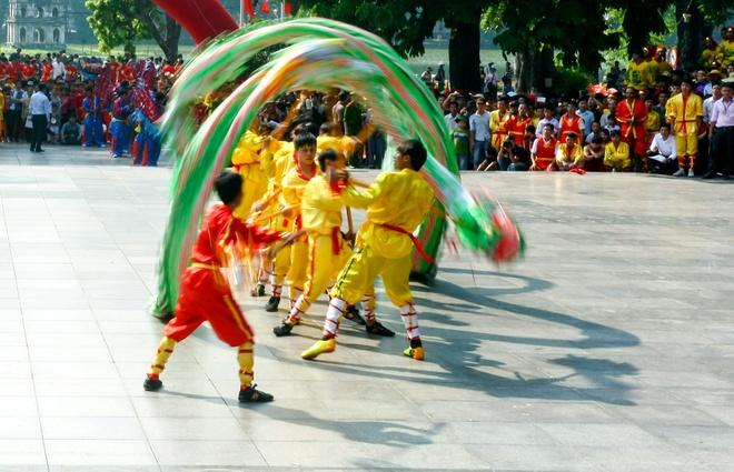 Mua rong nao dong duong pho hinh anh 5 Những chú rồng sắc màu uốn lượn như mây gió cực kỳ uyển chuyển và đẹp mắt trên sân khấu.