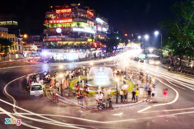 Ha Noi ruc ro den hoa cho don 60 nam giai phong hinh anh 2 Quảng trường Đông Kinh Nghĩa Thục sôi động nhộn nhịp hẳn lên sau khi đài phun nước được sửa chữa lại phục vụ dịp kỷ niệm 10/10 năm nay.