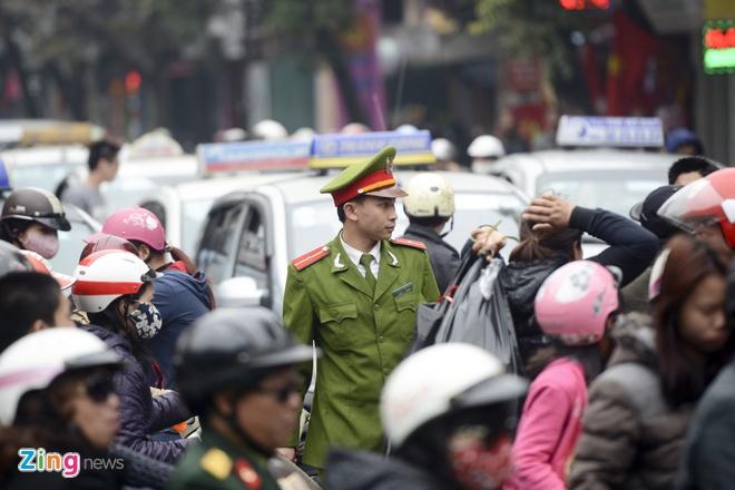 Di 200 m mat 30 phut o pho co vi hon loan giao thong hinh anh 7 Lực lượng công an phường và dân phòng sớm có mặt nhưng cũng tỏ ra khá lúng túng trước hiện tượng ùn tắc quá lớn đang xảy ra.
