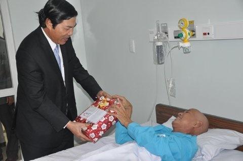 Những ngày còn sống, ông Nguyễn Bá Thanh vẫn thường đến bệnh viện tặng quà, động viên và thăm hỏi bệnh nhân điều trị ung thư tại đây.