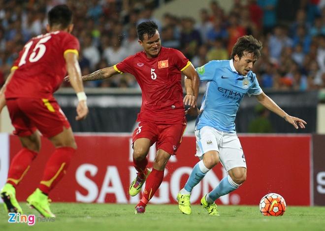 4-5 tuyen thu Viet Nam khong kem noi David Silva hinh anh 1 Ngay từ những phút thi đấu đầu tiên của hiệp một trận đấu giữa đội tuyển Quốc gia Việt Nam và câu lạc bộ Manchester City, tiền vệ ngôi sao lớn nhất David Silva của đội bóng áo xanh đã thi đấu rất tích cực bên phần sân đội chủ nhà.