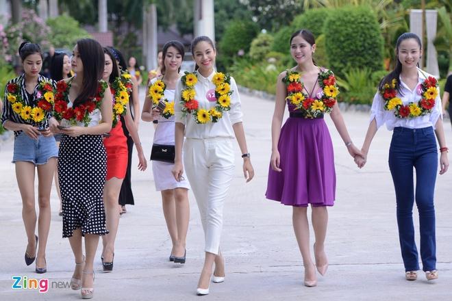 Thoi trang thi sinh Hoa hau Hoan vu 2015 tai san bay hinh anh 11