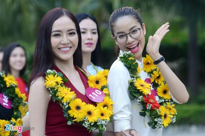 Thoi trang thi sinh Hoa hau Hoan vu 2015 tai san bay hinh anh 13