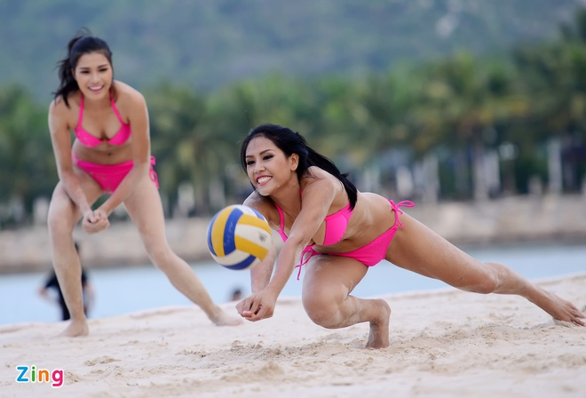 Thi sinh Hoa hau HVVN mac bikini choi bong chuyen hinh anh 8