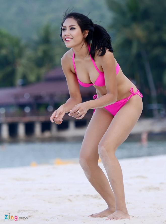 Thi sinh Hoa hau HVVN mac bikini choi bong chuyen hinh anh 3