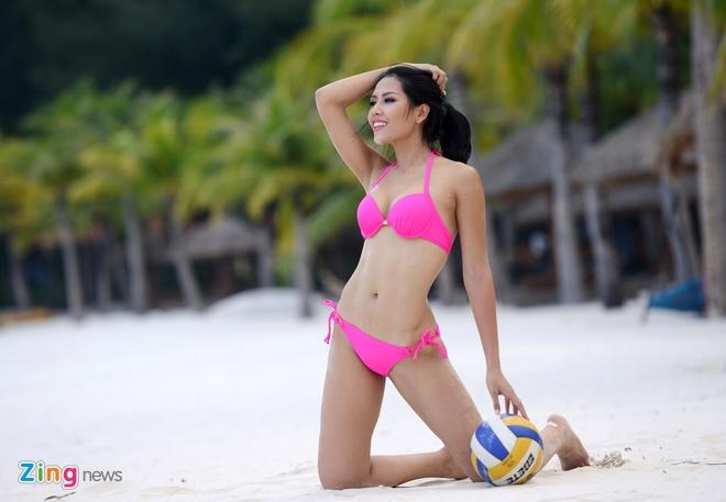 Thi sinh Hoa hau HVVN mac bikini choi bong chuyen hinh anh 11
