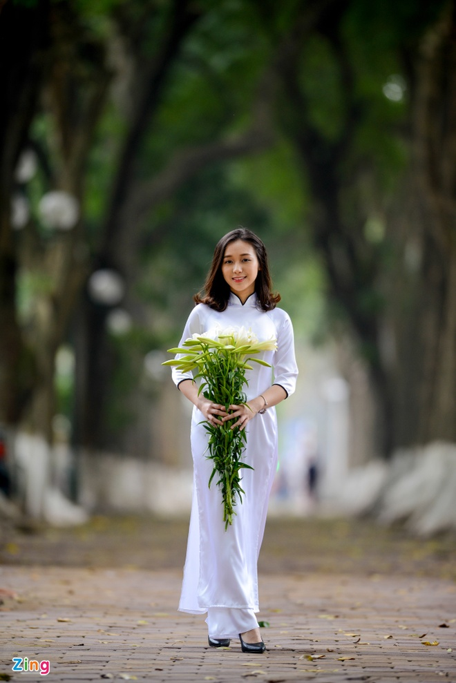 Nu sinh Ams duyen dang mua hoa loa ken hinh anh 4