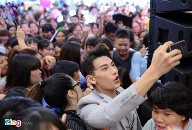 Fan vay kin nhom 365 trong buoi dien cuoi cung tai Ha Noi hinh anh 14
