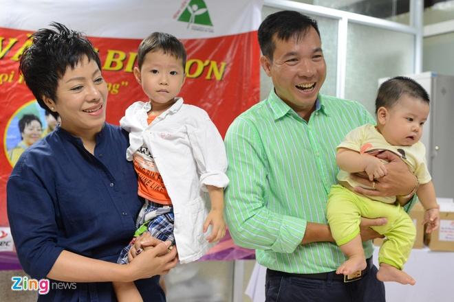 Hoang Xuan Vinh trao qua cho tre em benh vien Viet Duc hinh anh