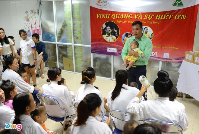 Hoang Xuan Vinh trao qua cho tre em benh vien Viet Duc hinh anh 1
