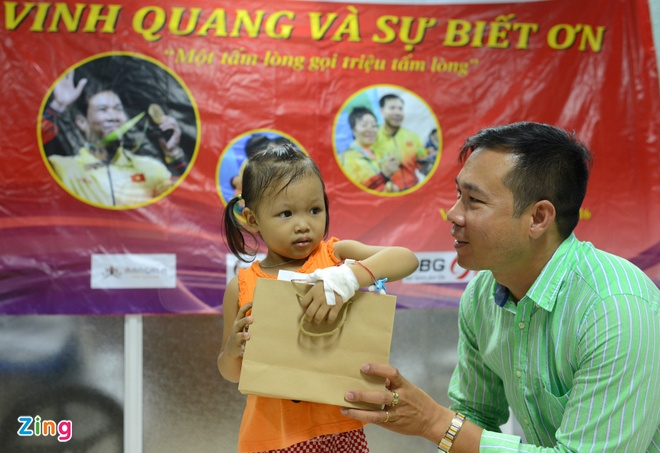 Hoang Xuan Vinh trao qua cho tre em benh vien Viet Duc hinh anh 5
