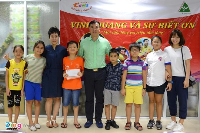 Hoang Xuan Vinh trao qua cho tre em anh 2