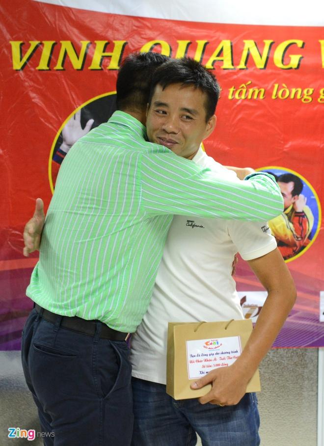 Hoang Xuan Vinh trao qua cho tre em benh vien Viet Duc hinh anh 13