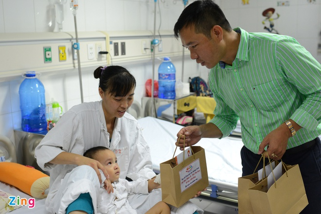 Hoang Xuan Vinh trao qua cho tre em benh vien Viet Duc hinh anh 7