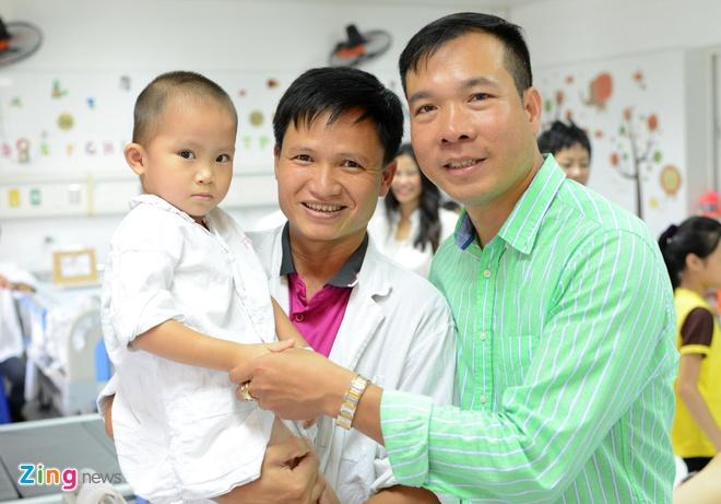 Hoang Xuan Vinh trao qua cho tre em anh 11