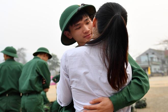 Thanh nien dan toc bin rin chia tay nguoi than len duong nhap ngu hinh anh