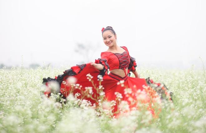 Co giao 9X nhay flamengo giua canh dong hoa cai trang hinh anh