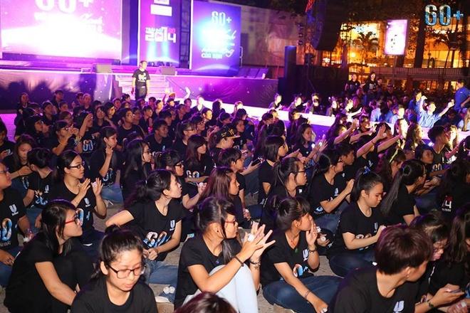 Gioi tre hat trong bong toi, Chi Pu dien ao bao ve voi hinh anh 15 Giới trẻ hào hứng chờ đợi những tiết mục trên sân khấu.