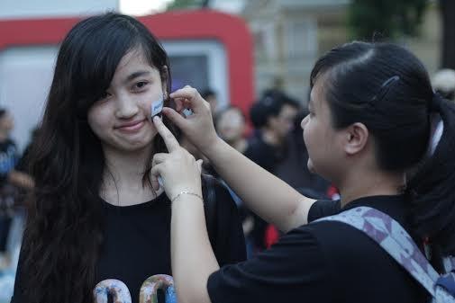 Gioi tre hat trong bong toi, Chi Pu dien ao bao ve voi hinh anh 19 Trước đó, ngay từ buổi chiều, hơn 1.000 tình nguyện viên đã đến nhà văn hóa Thanh Niên để tham dự chương trình.