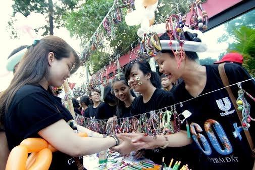 Gioi tre hat trong bong toi, Chi Pu dien ao bao ve voi hinh anh 20 Các gina hàng tấp nập người mua bán.