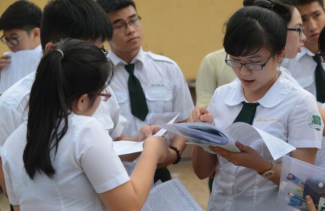 Thí sinh kết thúc bài làm môn Vật lý tại trường THPT Nguyễn Thượng Hiền.