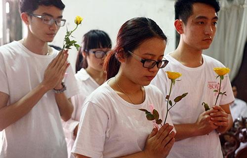 Hoa hong vang thay nen huong tien biet Thuong Sobey hinh anh