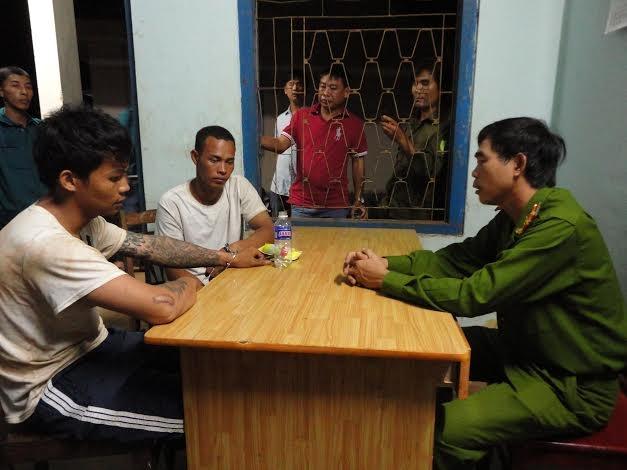 Các đối tượng bỏ trốn bị bắt giữ lại tại cơ quan cảnh sát điều tra.