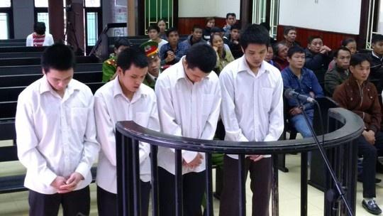 Bi chem dut co vi lam roi thuc an tren ao 'dong nghiep' hinh anh 1