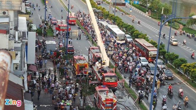 Chay lon o Sai Gon, hang tram nguoi thao chay hinh anh 14