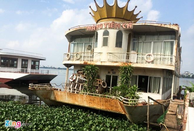 Di doi du thuyen, nha noi Ho Tay, chinh quyen ne tranh? hinh anh 3 Hàng loạt tàu cũ nằm ăn vạ trên hồ suốt nhiều năm. Môi trường khu vực này cũng bị ô nhiễm theo. Ảnh: Anh Tuấn.