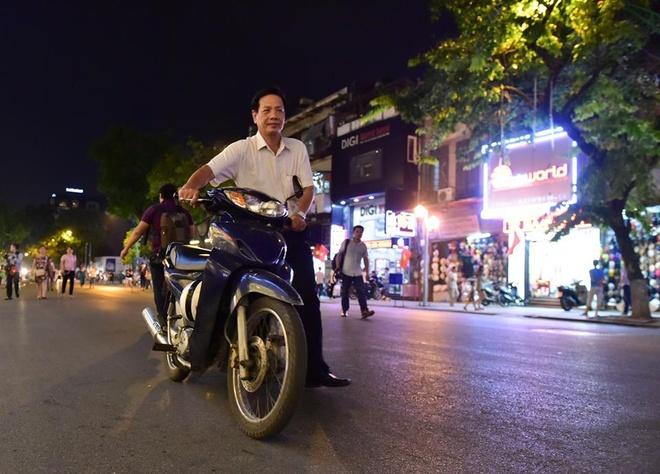Nha ve sinh cong cong quanh ho Guom mo cua 24/24h hinh anh 2
