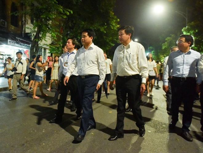 Nha ve sinh cong cong quanh ho Guom mo cua 24/24h hinh anh 1