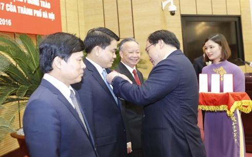 Chu tich Ha Noi nhan Huan chuong Lao dong anh 1