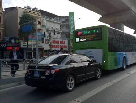 Xe bien xanh lan lan, huc duoi buyt nhanh BRT hinh anh 1
