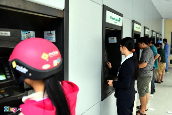 Ngan hang Nha nuoc lan thu 2 yeu cau dung tang phi rut tien ATM hinh anh 1