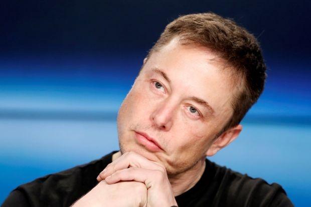 Elon Musk doi mat 2 vu kien cua cac nha dau tu hinh anh
