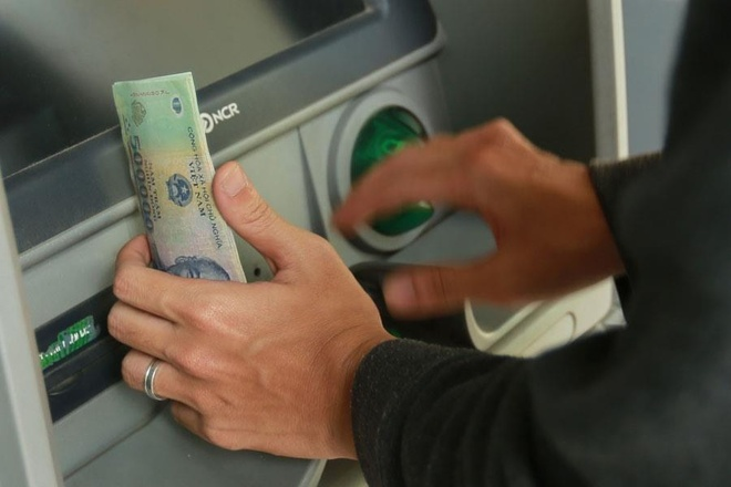 ngan hang canh bao giao dich the atm dip nghi le anh 1