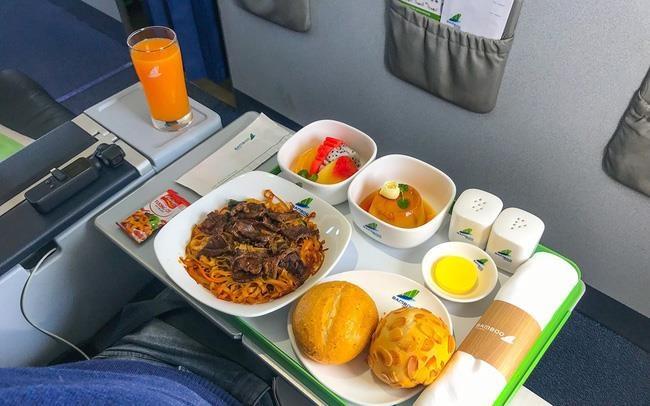 Thu hàng tỷ đồng mỗi ngày từ việc bán suất ăn trên máy bay