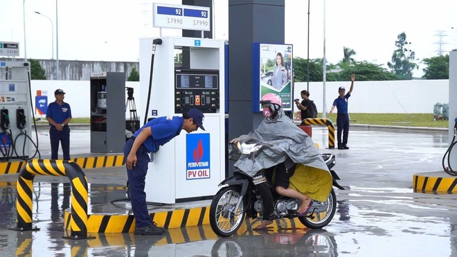 PV Oil cam nhan vien lam them shipper,  taxi cong nghe anh 1