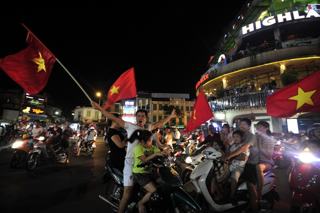 Ha Noi bung no sau chien thang cua U19 Viet Nam hinh anh