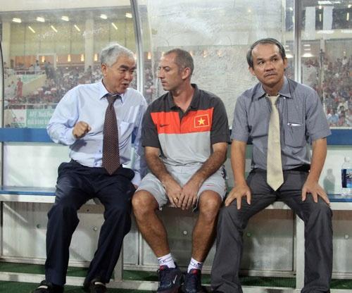 """Bầu Đức không cho học viện của mình đá giao hữu với các đội trẻ SLNA vì thất vọng trước lối chơi """"chém đinh chặt sắt""""."""