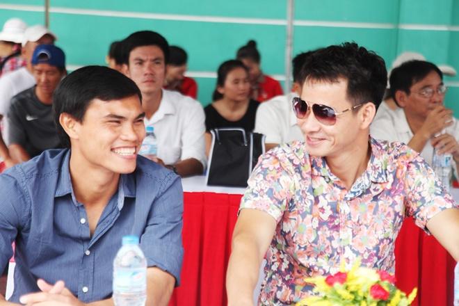Xuan Bac co vu het minh cac cau thu nhi hinh anh 2 Tiền vệ Phan Văn Tài Em và danh hài Xuân Bắc.