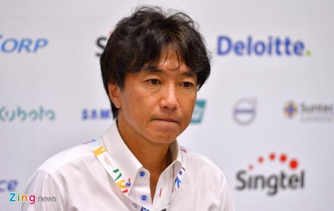 HLV Miura cang thang sau tran thua Thai Lan hinh anh 1 HLV Miura bước vào phòng họp báo với tâm trạng khá căng thẳng. Ảnh: hoàng Hà