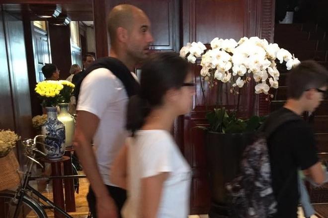 HLV Pep Guardiola den Viet Nam du lich hinh anh