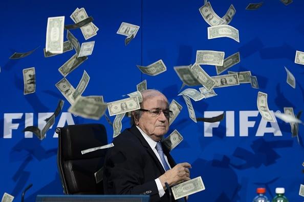 Nem con mua tien phan doi Chu tich FIFA Sepp Blatter hinh anh