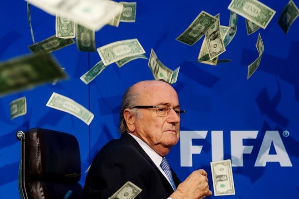 Nem tien phan doi Chu tich FIFA Sepp Blatter hinh anh