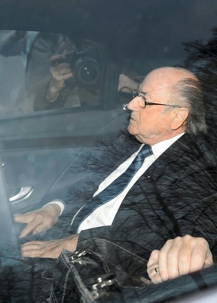 Blatter va Platini bi cam hoat dong bong da 8 nam hinh anh 2 Ông Blatter đến trụ sở của FIFA ngày 17/12.