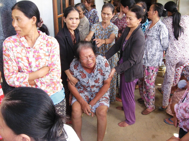 Bo Y te vao cuoc vu me con san phu chet bat thuong o Hue hinh anh 1 Người nhà đau đớn trước cái chết bất thường của 2 mẹ con sản phụ.