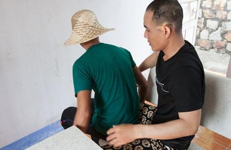 Doi dien sat thu vu no sung rung dong Binh Thuan hinh anh 3 Vết thương ở chân lúc đấu súng khiến Toàn di chuyển phải nhờ vào các phạm nhân tự giác.