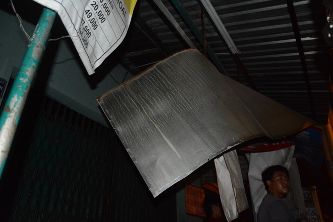 Nha cua tan hoang trong vu no lon o Sai Gon hinh anh 9 Mái che trước hiên của một căn nhà đối diện bị lực của vụ nổ đẩy sắp bay.